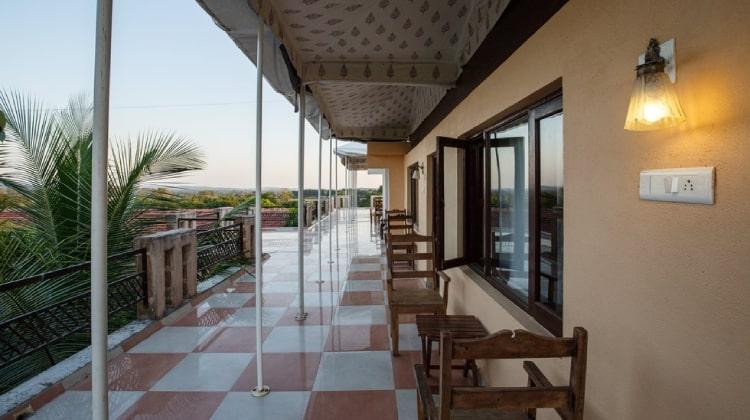 girlionspaw-balcony1