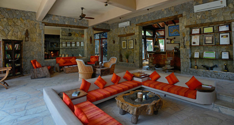 kanha-earth-lodge-lobby